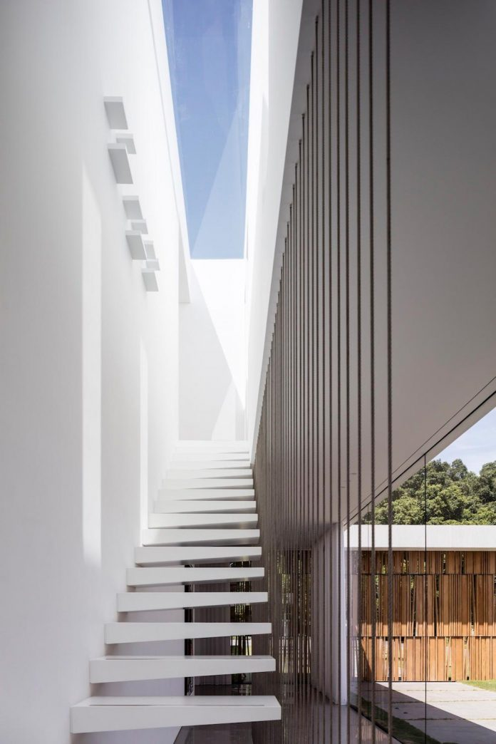 contemporary-open-light-filled-simple-minimalist-space-f-house-10