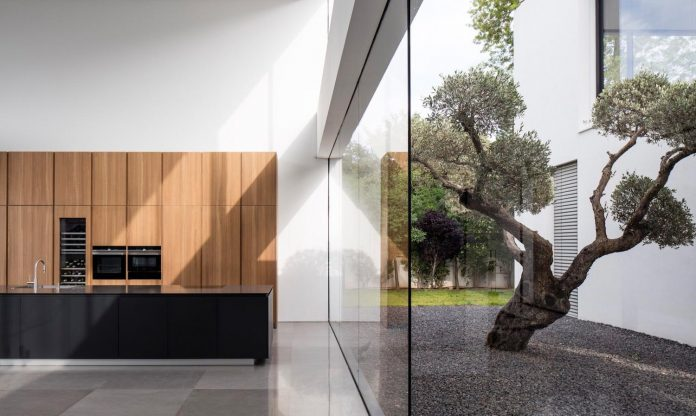 contemporary-open-light-filled-simple-minimalist-space-f-house-13