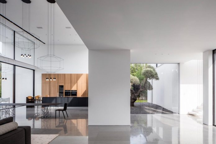 contemporary-open-light-filled-simple-minimalist-space-f-house-14