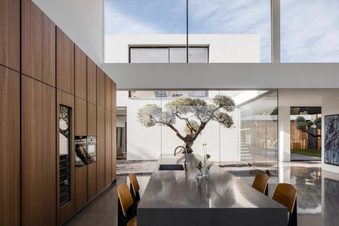 contemporary-open-light-filled-simple-minimalist-space-f-house-17