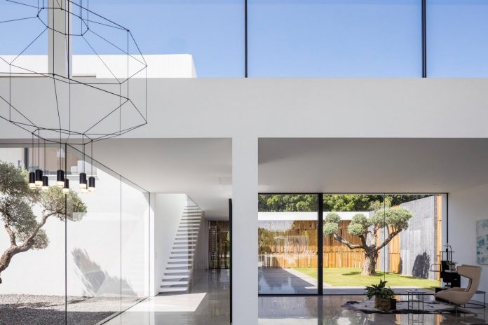 contemporary-open-light-filled-simple-minimalist-space-f-house-25