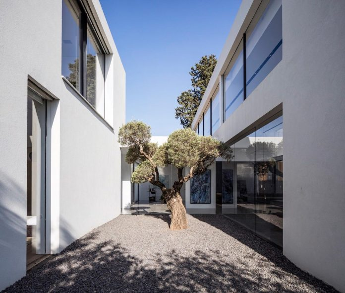 contemporary-open-light-filled-simple-minimalist-space-f-house-35