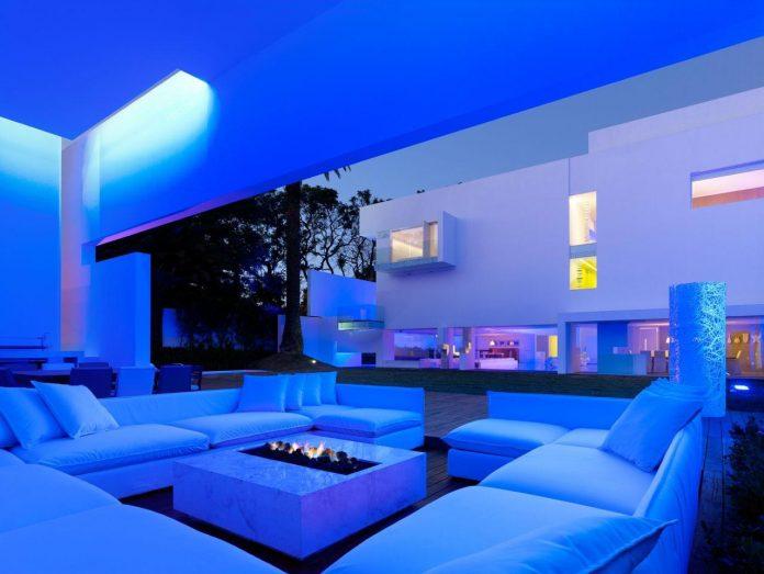 contemporary-white-la-palma-residence-uses-sunlight-generate-sensations-01