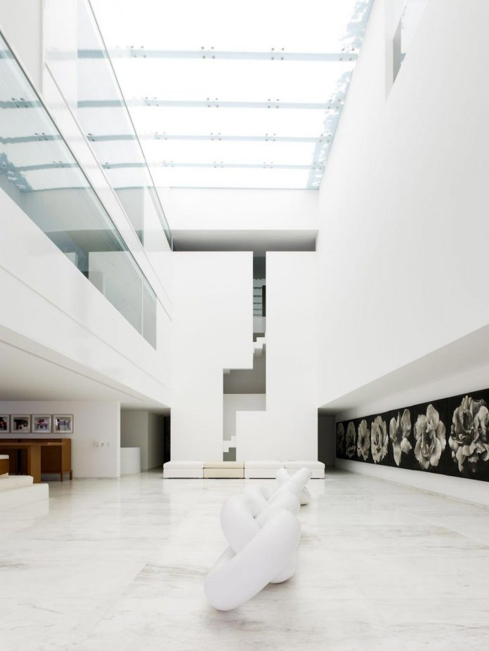 contemporary-white-la-palma-residence-uses-sunlight-generate-sensations-07