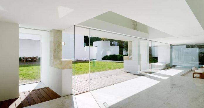contemporary-white-la-palma-residence-uses-sunlight-generate-sensations-16