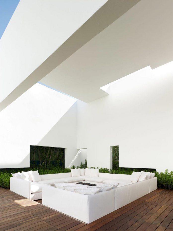 contemporary-white-la-palma-residence-uses-sunlight-generate-sensations-18