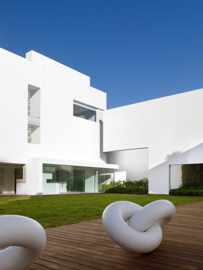 contemporary-white-la-palma-residence-uses-sunlight-generate-sensations-19