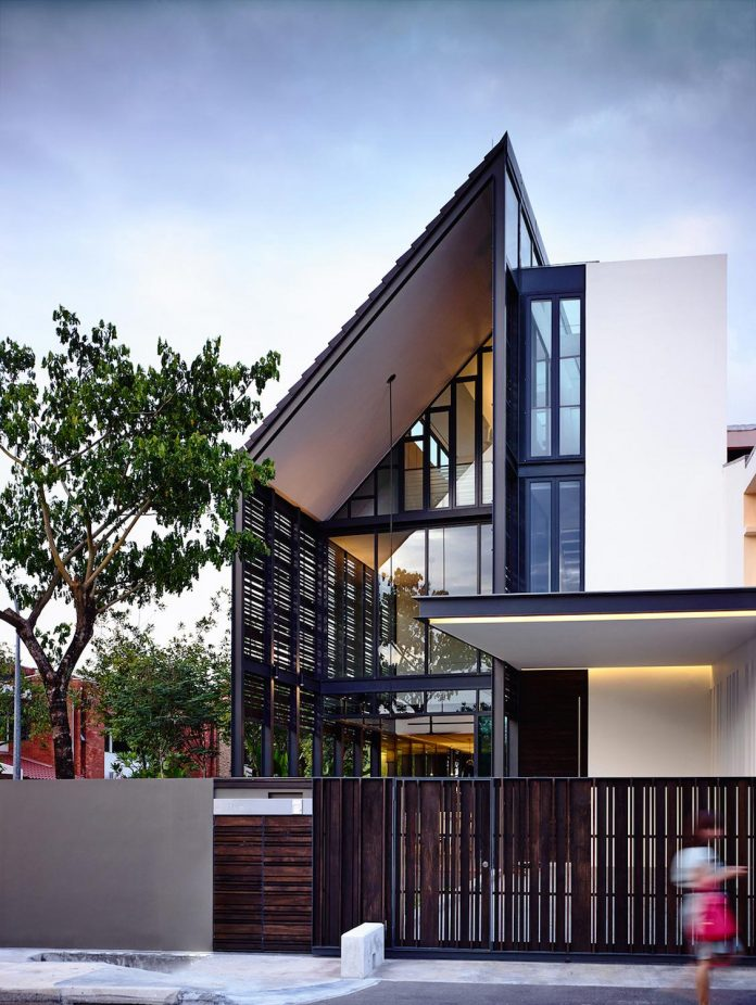 faber-terrace-residence-slatted-timber-screen-covers-entire-side-elevation-preserve-privacy-02