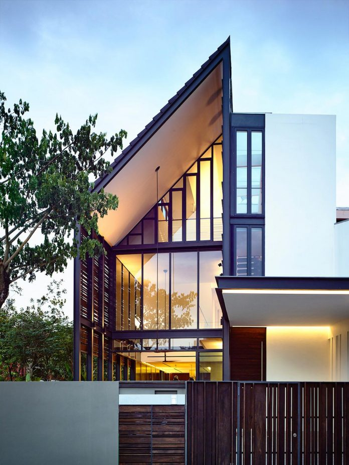 faber-terrace-residence-slatted-timber-screen-covers-entire-side-elevation-preserve-privacy-03