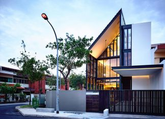 Faber Terrace residence with slatted timber screen that covers the entire side elevation to preserve the privacy