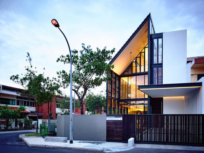 faber-terrace-residence-slatted-timber-screen-covers-entire-side-elevation-preserve-privacy-04