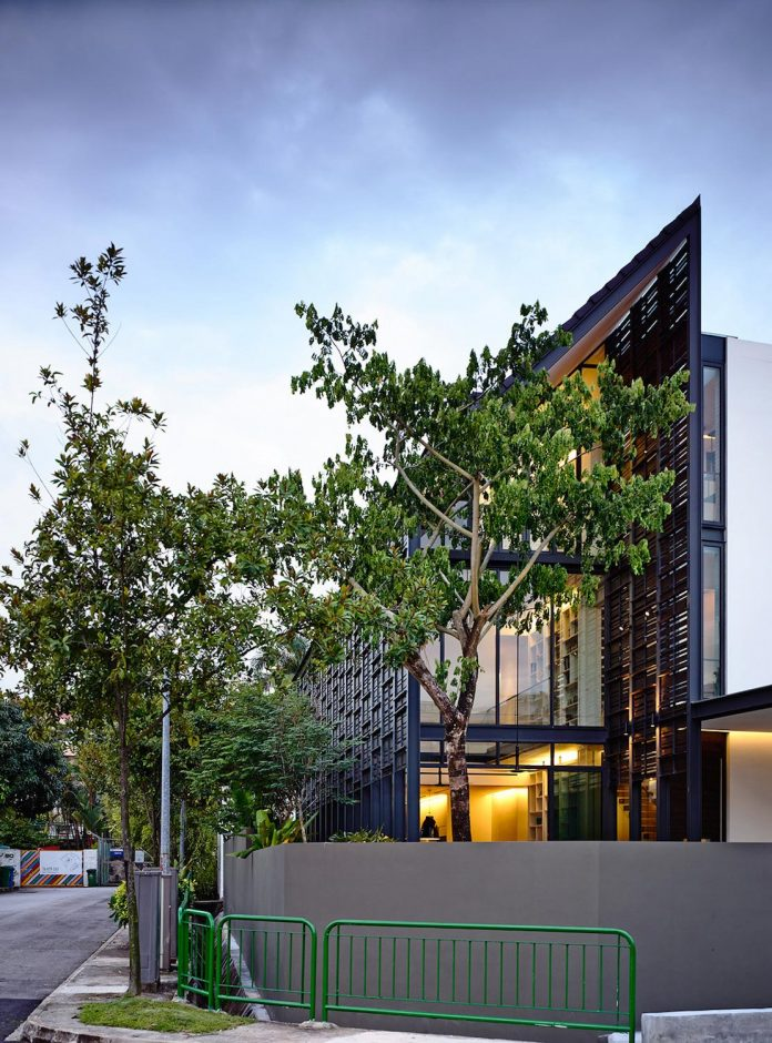 faber-terrace-residence-slatted-timber-screen-covers-entire-side-elevation-preserve-privacy-05