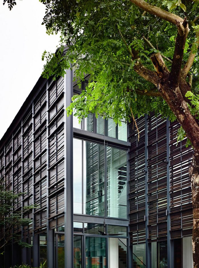 faber-terrace-residence-slatted-timber-screen-covers-entire-side-elevation-preserve-privacy-06