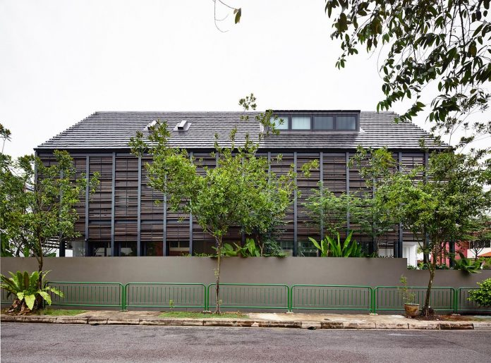 faber-terrace-residence-slatted-timber-screen-covers-entire-side-elevation-preserve-privacy-08