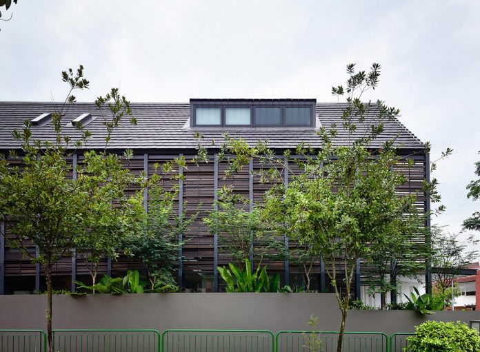 faber-terrace-residence-slatted-timber-screen-covers-entire-side-elevation-preserve-privacy-09