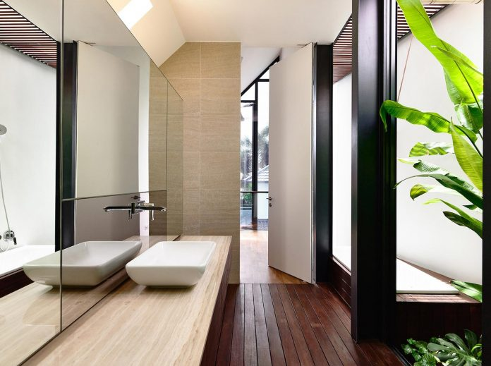 faber-terrace-residence-slatted-timber-screen-covers-entire-side-elevation-preserve-privacy-22