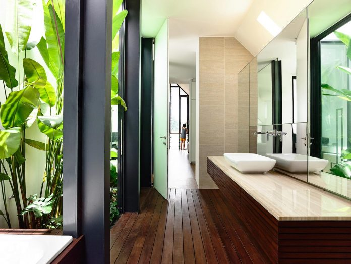 faber-terrace-residence-slatted-timber-screen-covers-entire-side-elevation-preserve-privacy-23