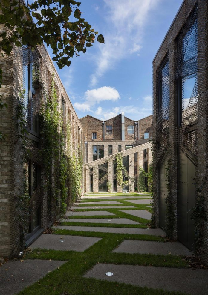 forest-mews-3-houses-arranged-around-multi-functional-shared-outdoor-courtyard-urban-brownfield-site-04