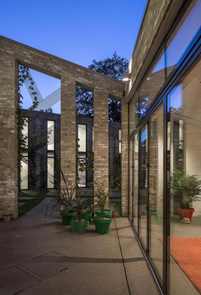forest-mews-3-houses-arranged-around-multi-functional-shared-outdoor-courtyard-urban-brownfield-site-22