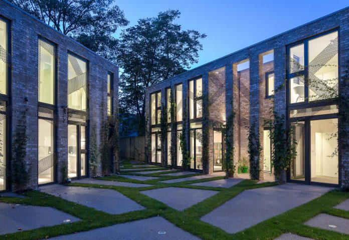 forest-mews-3-houses-arranged-around-multi-functional-shared-outdoor-courtyard-urban-brownfield-site-24