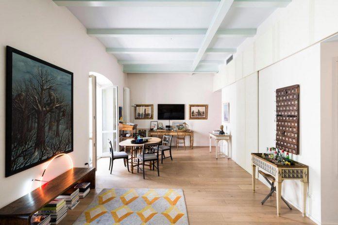 german-artist-naturalized-milanese-apartment-historic-building-city-centre-milan-05