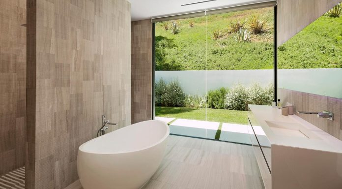 hillcrest-residence-beverly-hills-true-water-garden-located-middle-house-09