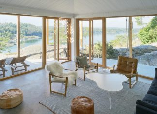 Home set high up on a precipice overlooks the inner Stockholm archipelago to the south