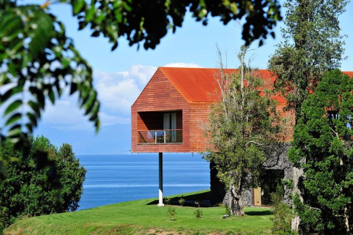 maiten-holiday-residence-situated-shores-llanquihue-lake-featuring-wooden-facades-red-metal-roofs-02