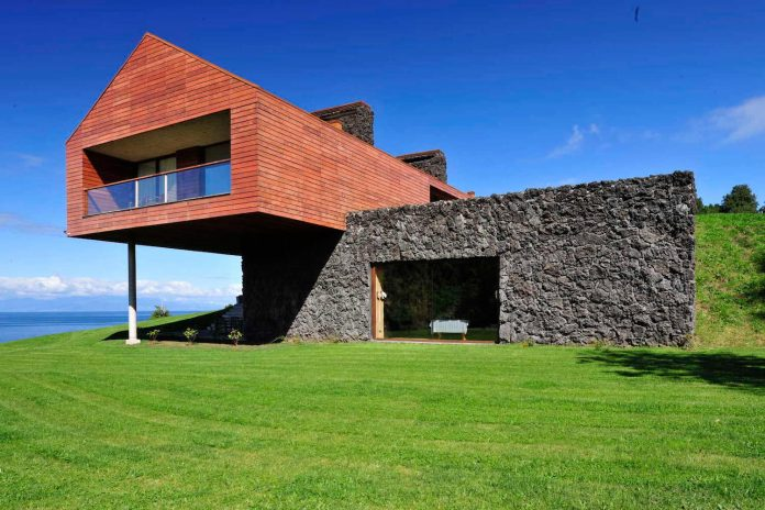 maiten-holiday-residence-situated-shores-llanquihue-lake-featuring-wooden-facades-red-metal-roofs-06