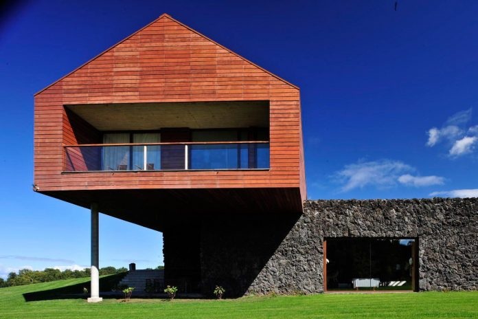 maiten-holiday-residence-situated-shores-llanquihue-lake-featuring-wooden-facades-red-metal-roofs-07