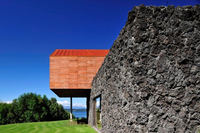maiten-holiday-residence-situated-shores-llanquihue-lake-featuring-wooden-facades-red-metal-roofs-08