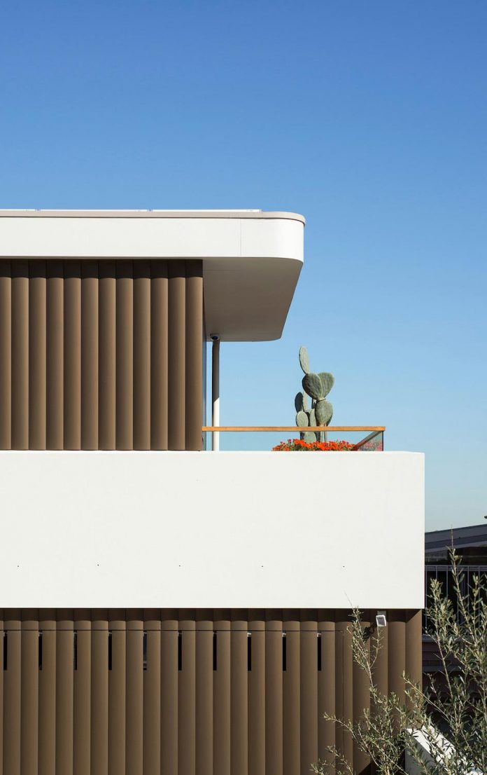 martello-tower-home-3-storey-brick-house-built-early-60s-gets-contemporary-additions-03