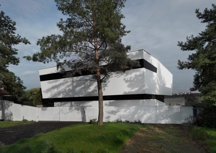 minimalist-home-design-located-south-sloping-plot-residential-part-prague-05