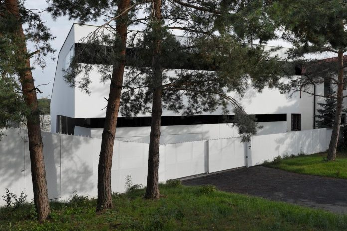 minimalist-home-design-located-south-sloping-plot-residential-part-prague-06