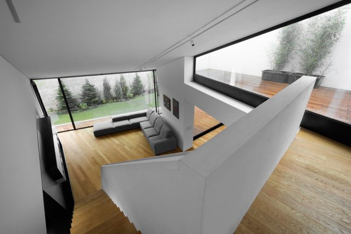 minimalist-home-design-located-south-sloping-plot-residential-part-prague-10
