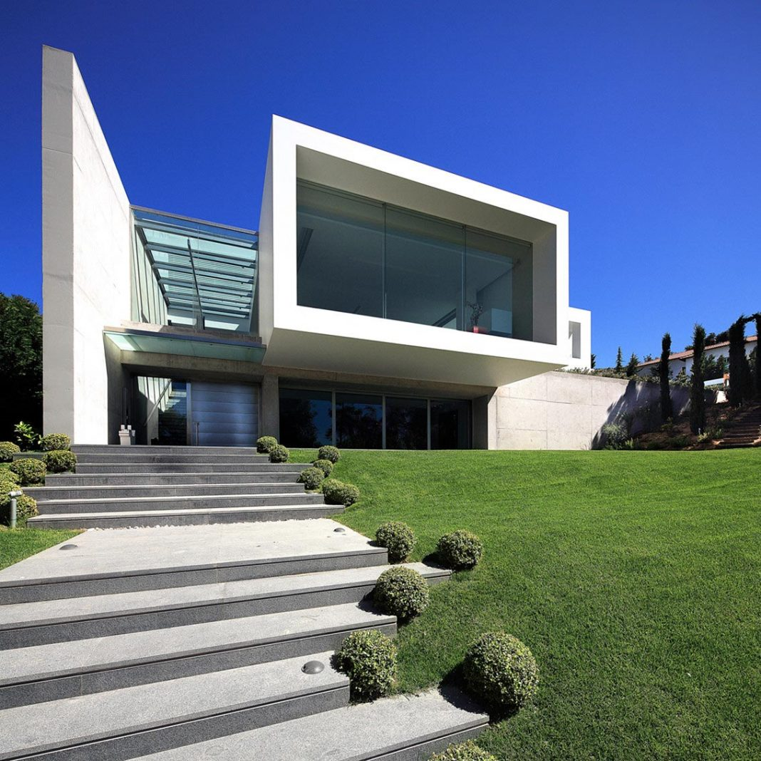 Modern Villa 154 created to serve two purposes: the living spaces and exhibition space for the art collection
