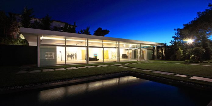 modern-villa-154-created-serve-two-purposes-living-spaces-exhibition-space-art-collection-06