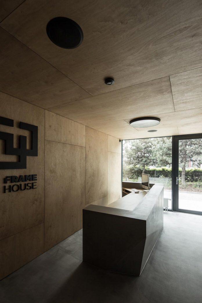 office-designed-idea-simplicity-beauty-uses-wood-concrete-bit-metal-04