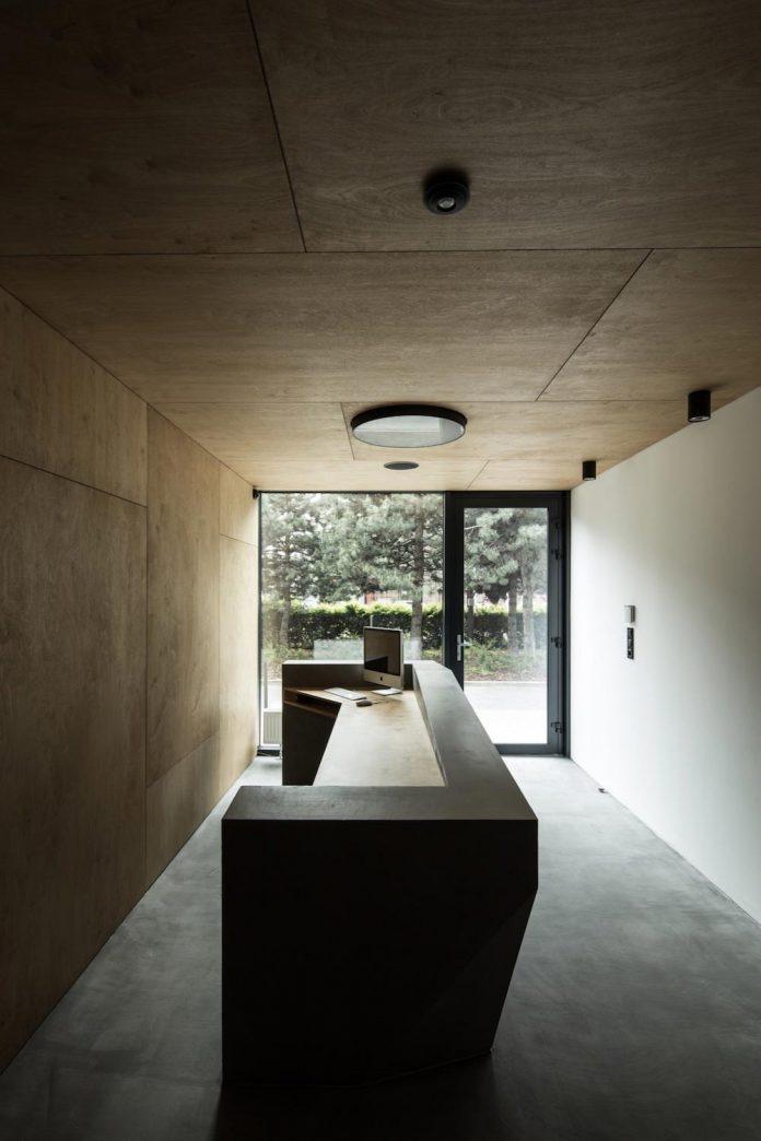 office-designed-idea-simplicity-beauty-uses-wood-concrete-bit-metal-07