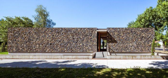 open-air-house-establishes-relationship-surroundings-courtyard-01