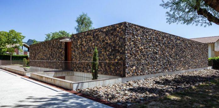 open-air-house-establishes-relationship-surroundings-courtyard-02