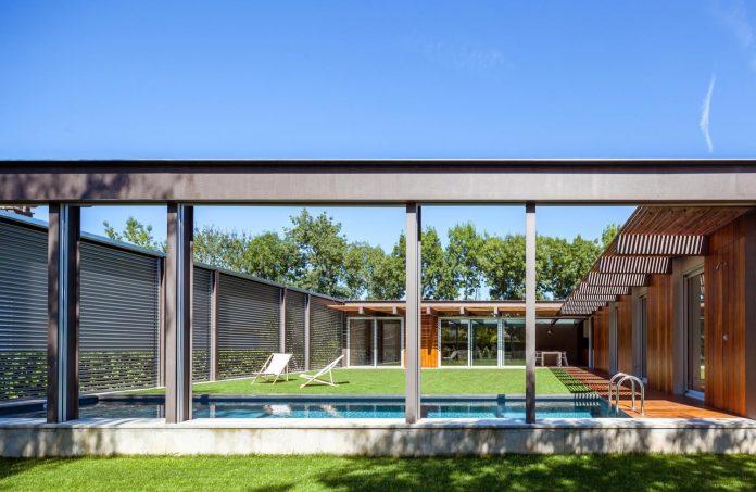 open-air-house-establishes-relationship-surroundings-courtyard-03