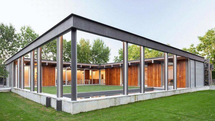 open-air-house-establishes-relationship-surroundings-courtyard-04