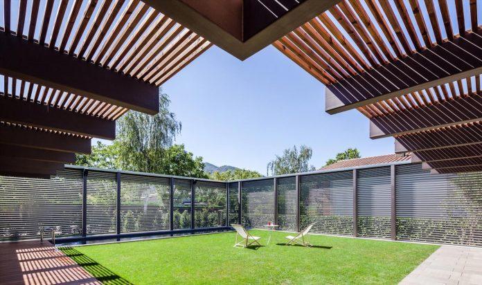 open-air-house-establishes-relationship-surroundings-courtyard-05
