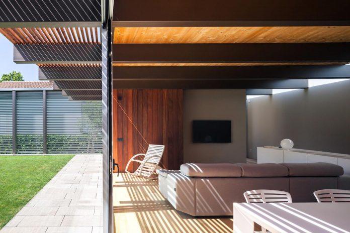 open-air-house-establishes-relationship-surroundings-courtyard-06
