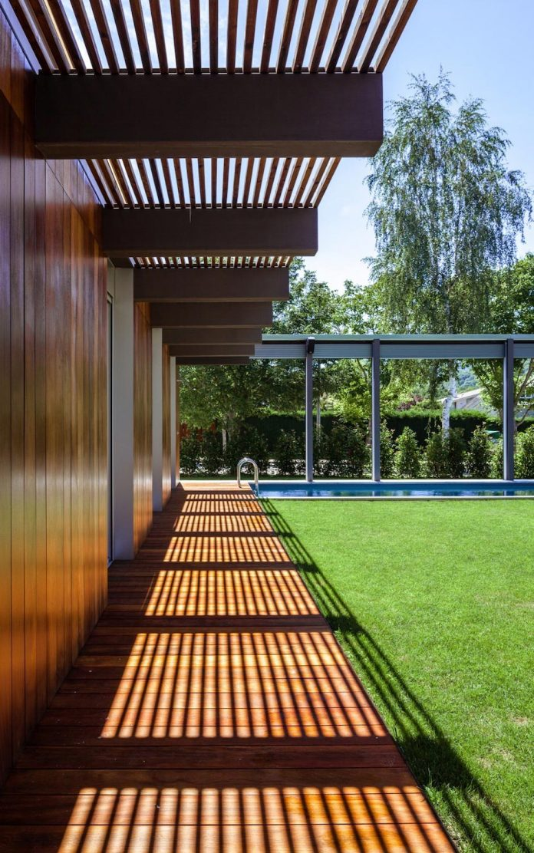 open-air-house-establishes-relationship-surroundings-courtyard-07