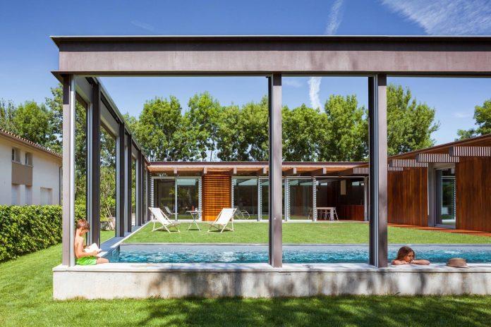 open-air-house-establishes-relationship-surroundings-courtyard-08