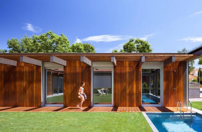 open-air-house-establishes-relationship-surroundings-courtyard-09
