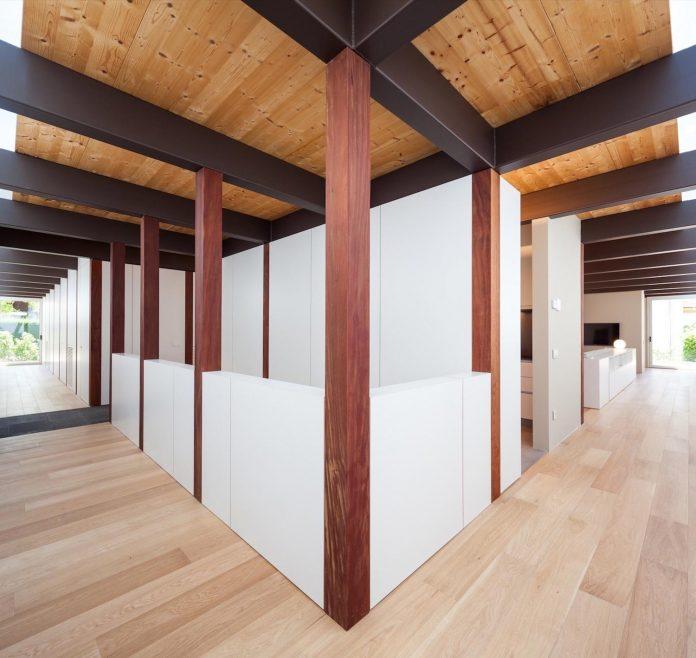 open-air-house-establishes-relationship-surroundings-courtyard-10
