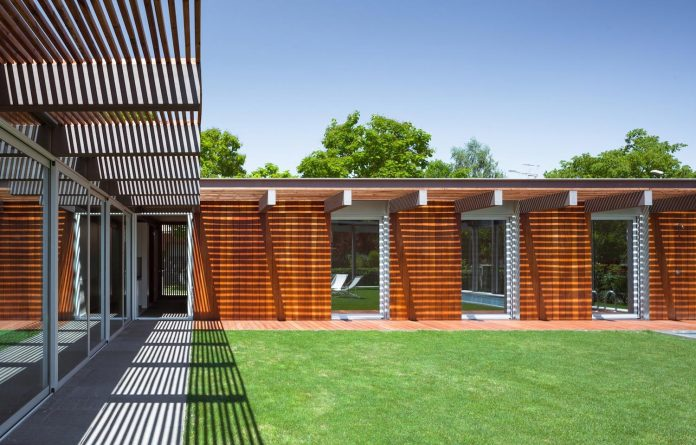 open-air-house-establishes-relationship-surroundings-courtyard-11